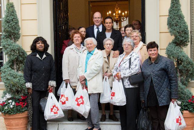 Remise des colis aux bénéficiaires de la Croix-Rouge monégasque