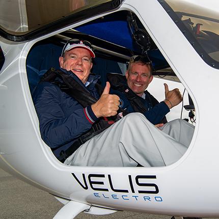 S.A.S. le Prince Albert II vole à bord d'un avion électrique