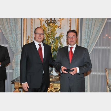 S.A.S. le Prince Albert II a remis une décoration à Monsieur Achim STEINER