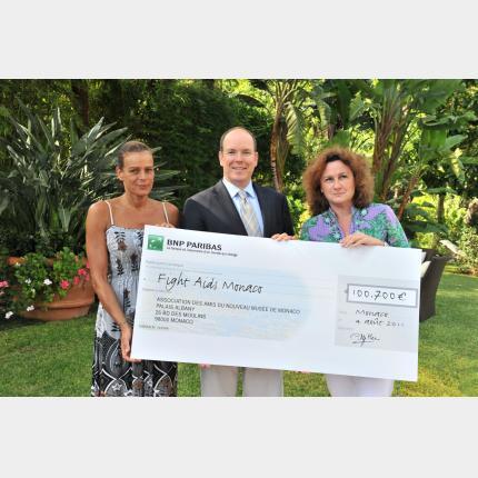 Remise de chèque à Fight Aids Monaco
