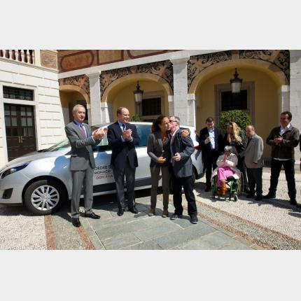 The Order of Malta presents a vehicle to the Foyer de Vie Princesse Stéphanie mental health care home