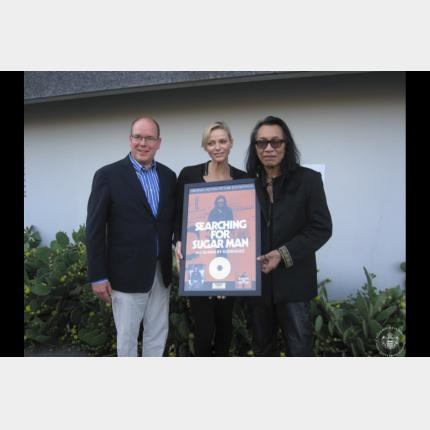 Remise d'un disque d'or au chanteur Rodriguez alias 'Sugar Man' par S.A.S la Princesse Charlène