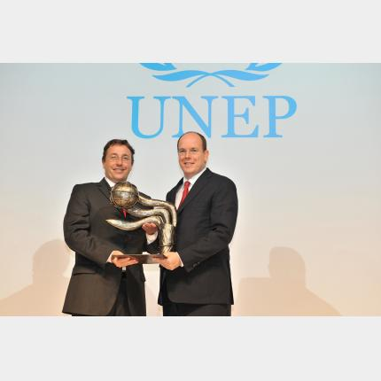 Trip by HSH Prince Albert II to Singapore: UNEP award for H.S.H. Prince Albert II for His commitment to sustainable development